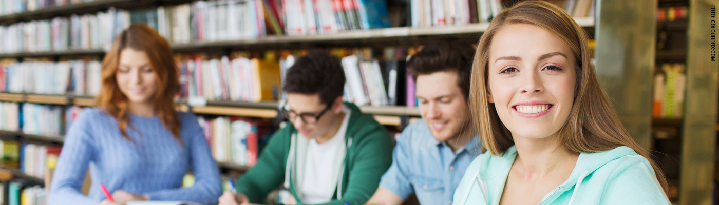 Unge mennesker som samarbeider